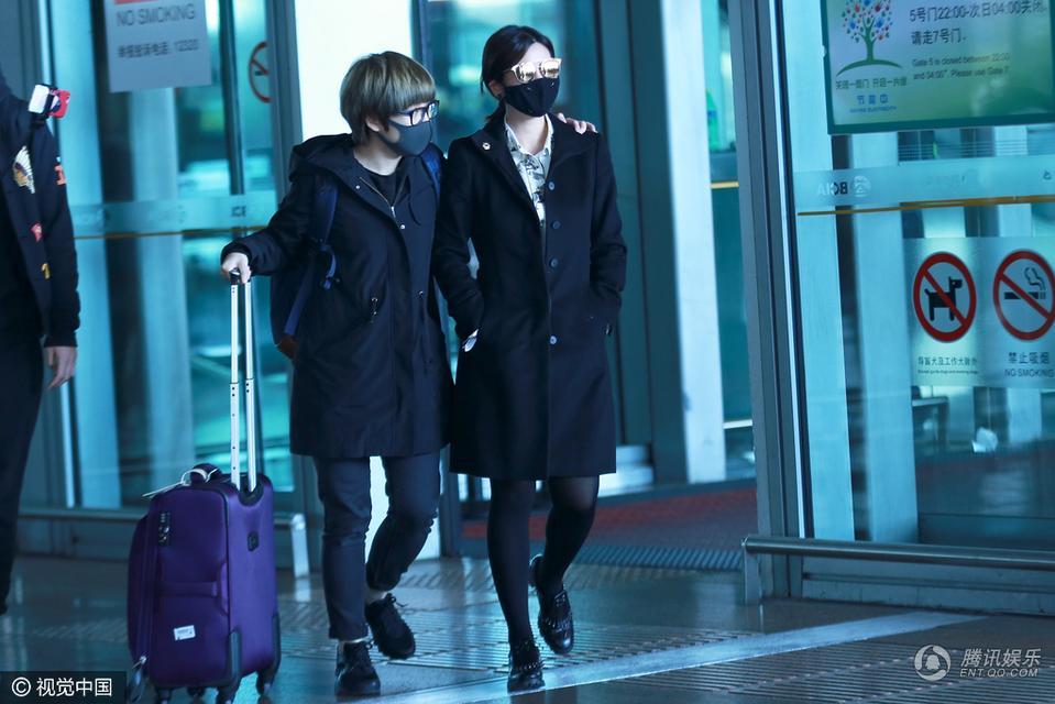 陈妍希产后身材火速恢复 穿黑丝秀美腿