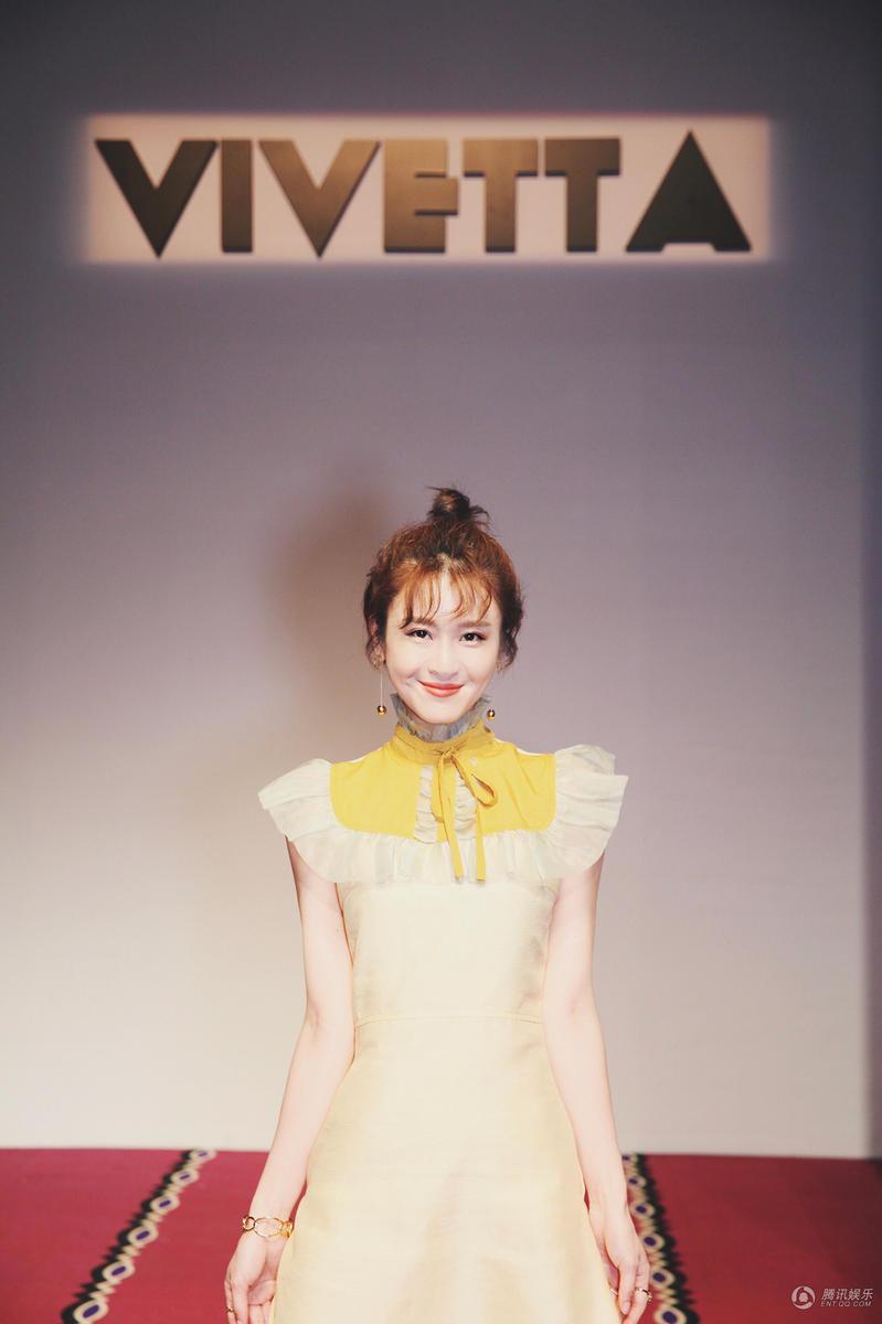 林伊婷现身中国国际时装周 时尚首秀惊艳秀场