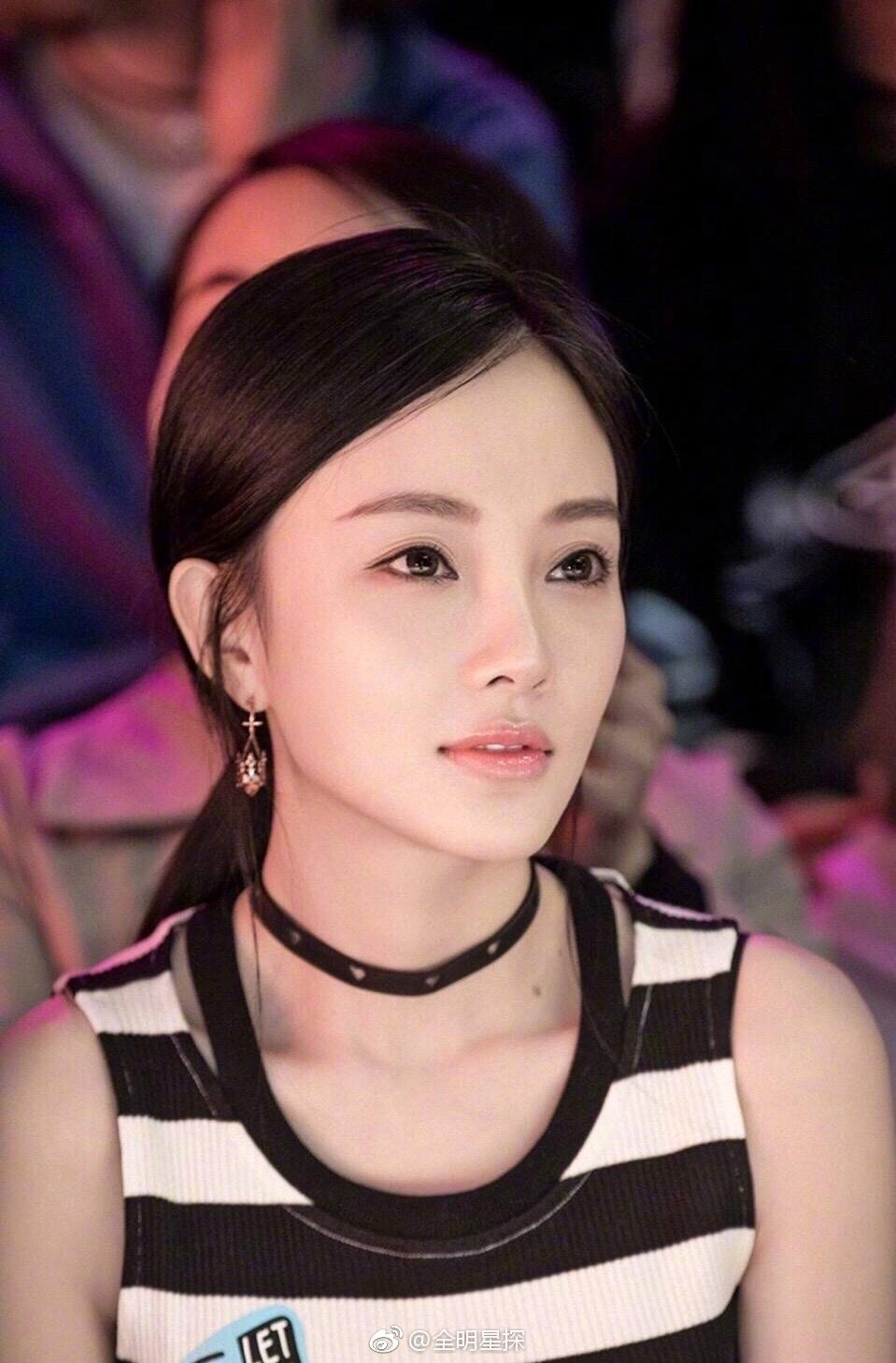 #李小璐# 双眼皮变窄,抹掉浓浓一字眉,这样的@李小璐Super璐 看着真的漂亮而且舒服!希