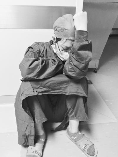 女医生1天连做7台手术 手术间隙坐地睡着