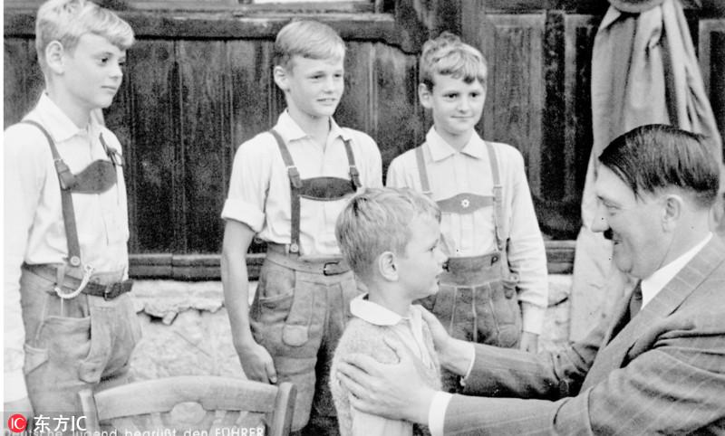 纳粹党希望通过拍摄这些希特勒与儿童互动的照片,来展示出他是一个