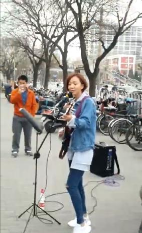 王珞丹在北京街头卖唱 唱了一首就跑路
