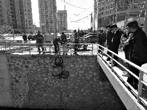 共享单车被扔河底电子车锁失灵 市民指责太缺德