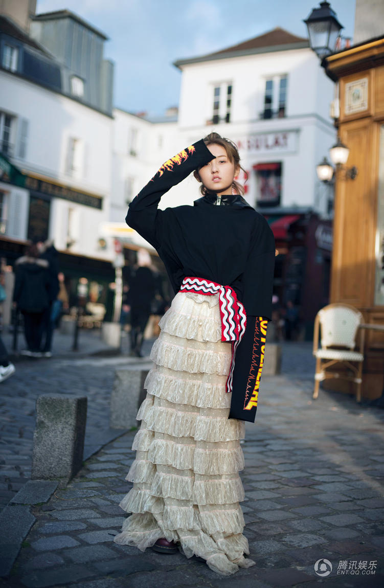 高清:张子枫巴黎街头玩颠覆 甜美少女变酷girl