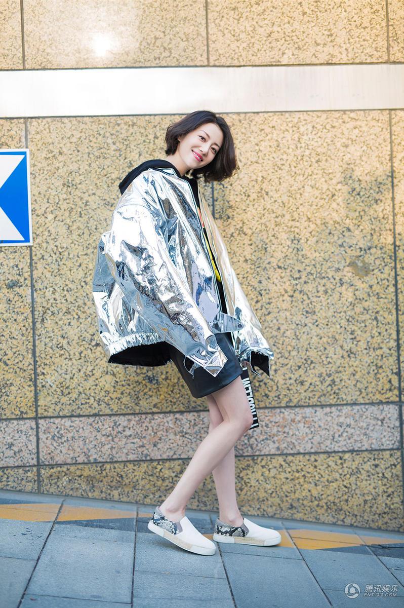 高清:李溪芮春日街拍休闲时尚 秀美腿尽显气质