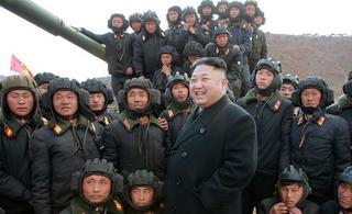 金正恩视察朝鲜坦克大赛