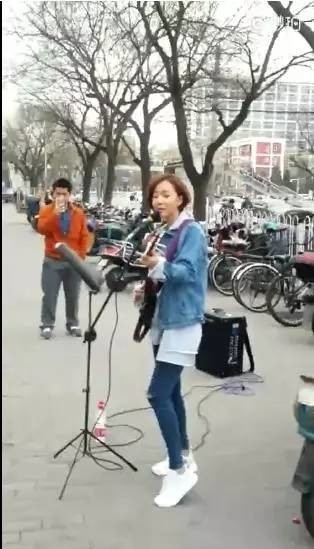 王珞丹竟然在三里屯街边卖唱,真是糊到地心了?别闹了,人家没那么惨!