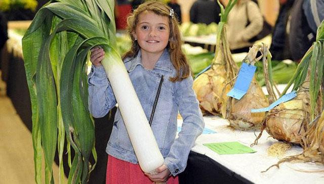 9岁失聪女童种巨型蔬菜