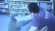 在意华人超市老板夫妻痛打劫匪