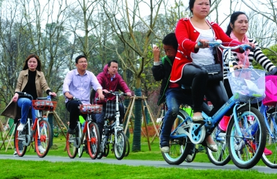 骑共享单车出行成时尚 发生事故谁来负责?
