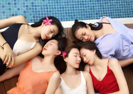 娱乐 明星-内地 正文    4月3日,高圆圆在微博晒出一组与闺蜜五人行的