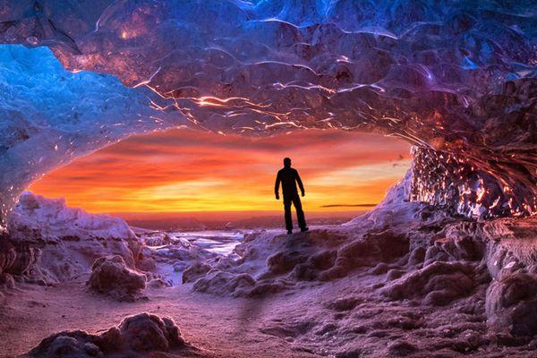 """摄影师捕捉冰岛冰洞美景 冷暖色交映演绎""""冰与火之歌"""""""