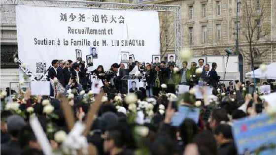 """外媒:巴黎六千多名华人上街示威要""""真相"""""""