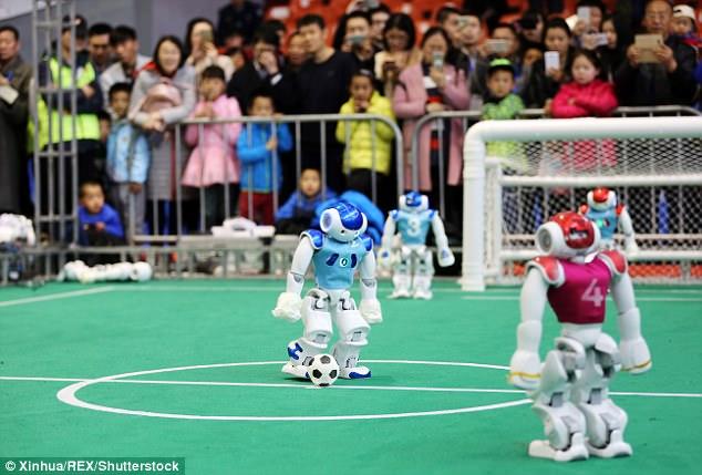 山东举行足球机器人比赛  穿彩色塑料球衣戴头盔