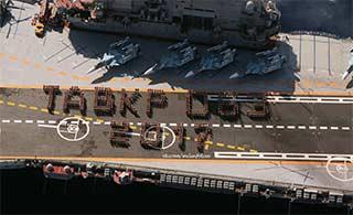 俄罗斯老旧航母甲板上摆字