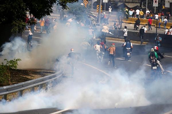 委内瑞拉反对派集会 遭警方催泪弹与水枪镇压