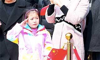 护航编队出征小姑娘含泪敬礼