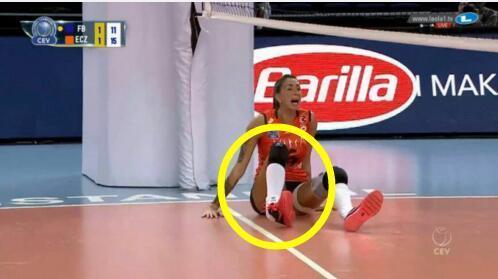 惨烈!朱婷死敌脚踝近90度扭曲 受伤场面吓哭队友