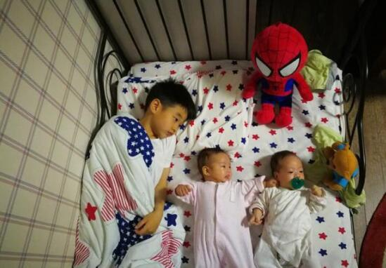 杨阳洋表情_杨阳洋陪双胞胎妹妹睡觉 画面温馨杨威感恩_娱乐_环球网