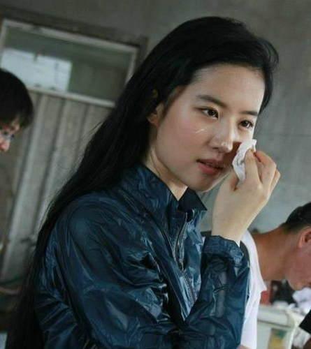 刘亦菲素颜吃蛋糕 一脸奶油超可爱