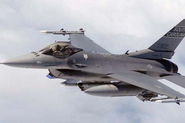 美军一架F-16战机训练中坠毁 飞行员安全弹出