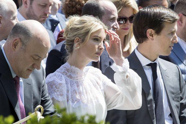 """伊万卡白色纱裙现身白宫玫瑰园 被评""""仙炸了"""""""