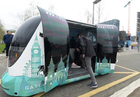 英国无人驾驶班车试驾 百名民众参与