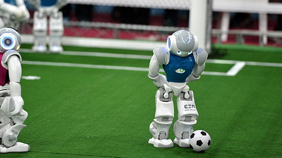 机器人世界杯赛在伊朗举行 机器人与足球现反差萌