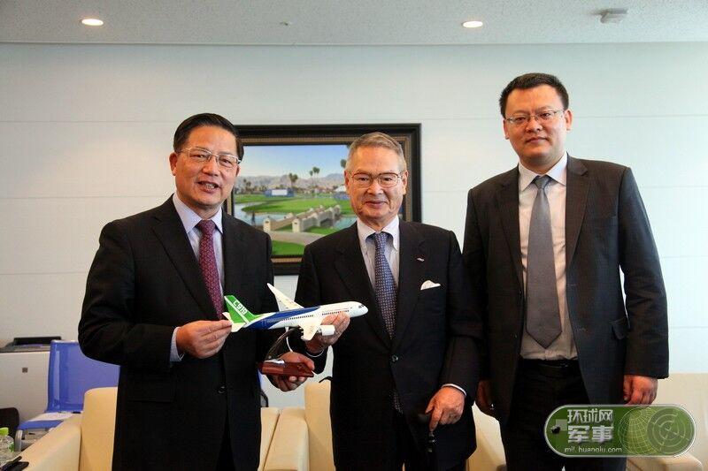 中国知名媒体专家团赠送C919模型给国际友人