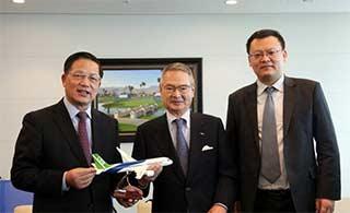 中国大飞机C919模型赠与全日空高管
