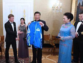 习近平同芬兰总统会见中芬冰雪运动员代表