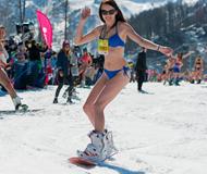 俄美女冰天雪地穿比基尼滑雪 挑战世界纪录