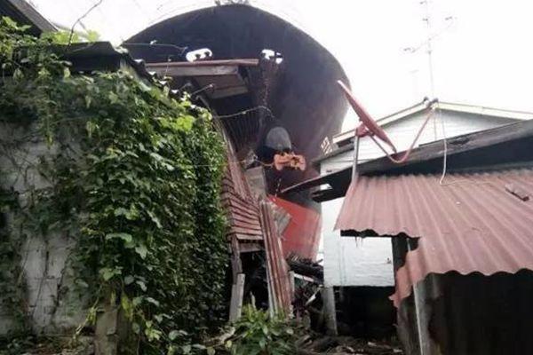 泰国一70米长越南货轮冲上岸 将3栋民房碾平