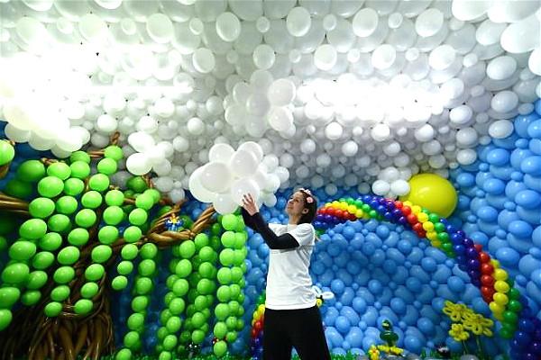 苏格兰情侣花全部积蓄打造气球城堡 千张门票一售而空