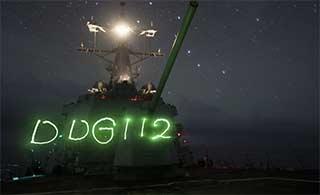 美驱逐舰过南海星空下玩起光绘