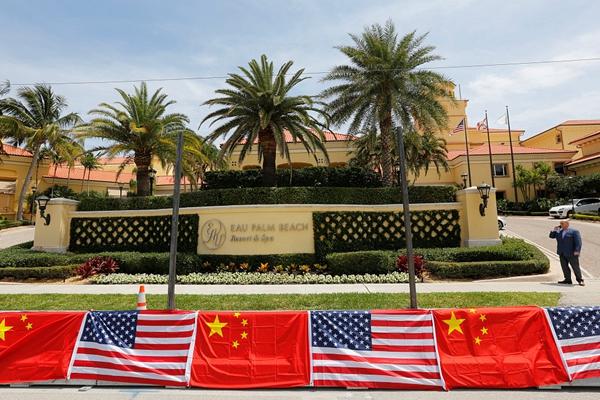 中美领导人即将会晤 海湖庄园悬挂中美国旗迎接
