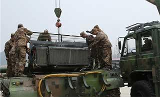 东部战区春季维护坦克吊装发动机