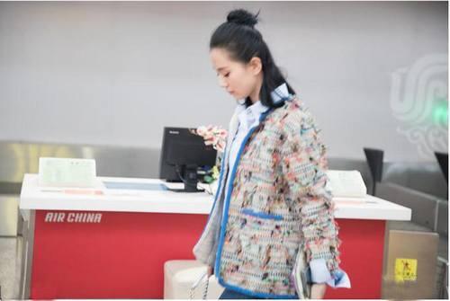 刘诗诗扎清新丸子头 机场被保镖团团围住