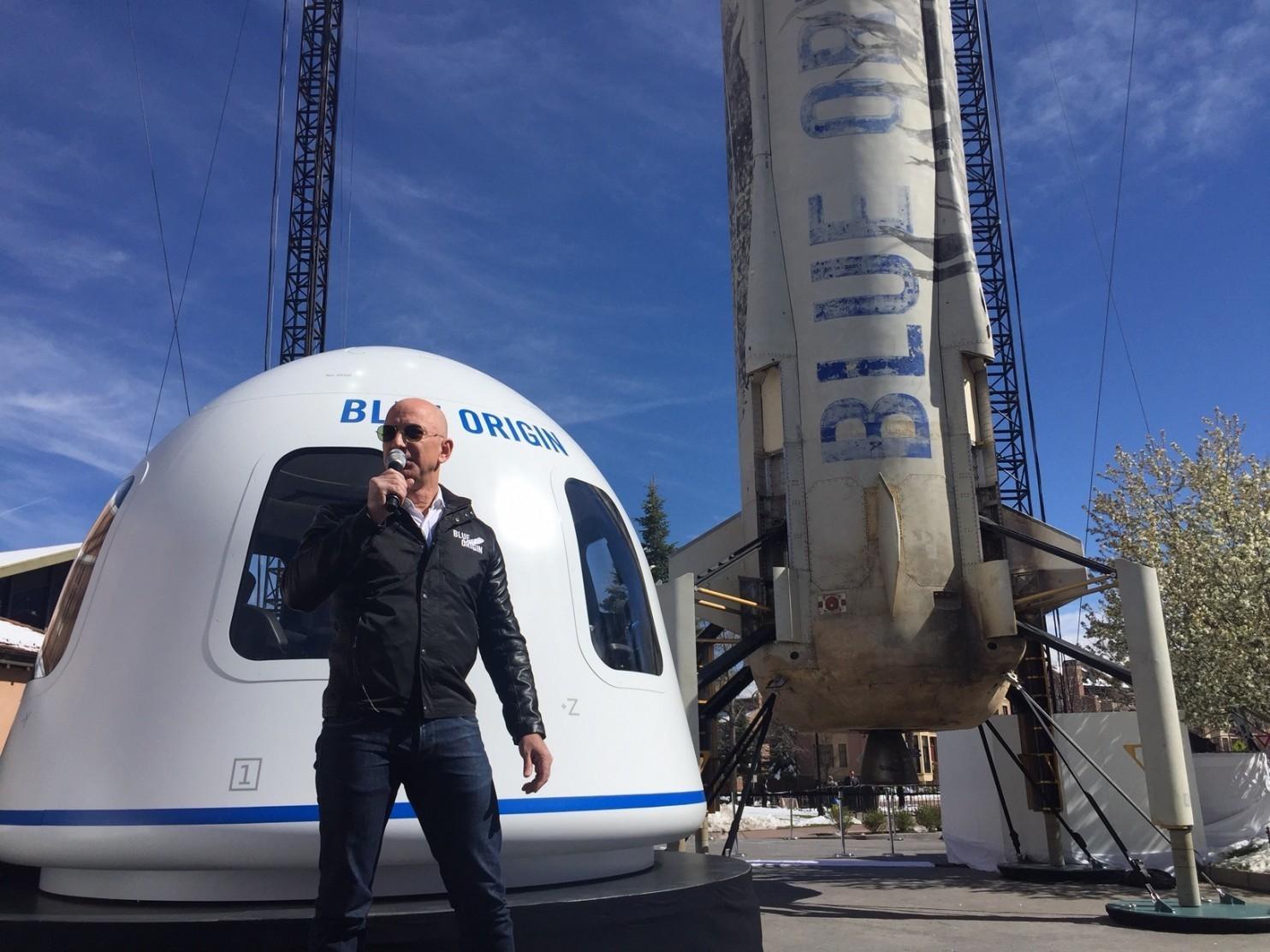 贝索斯展示太空游览舱:白色舱壁铺有软垫和把手