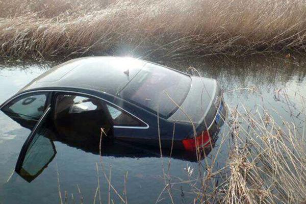 四人故意把车开进水沟 骗保110余万