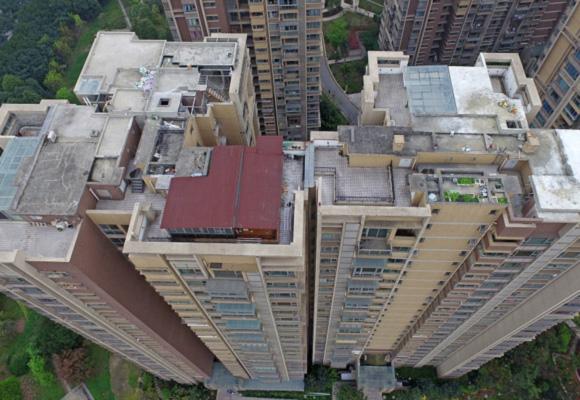 成都一楼盘楼顶现违建 或被冻结产权不能交易