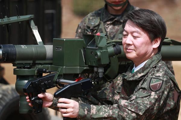 韩总统候选人安哲秀造访陆军大队 持枪射击与新兵同桌进餐