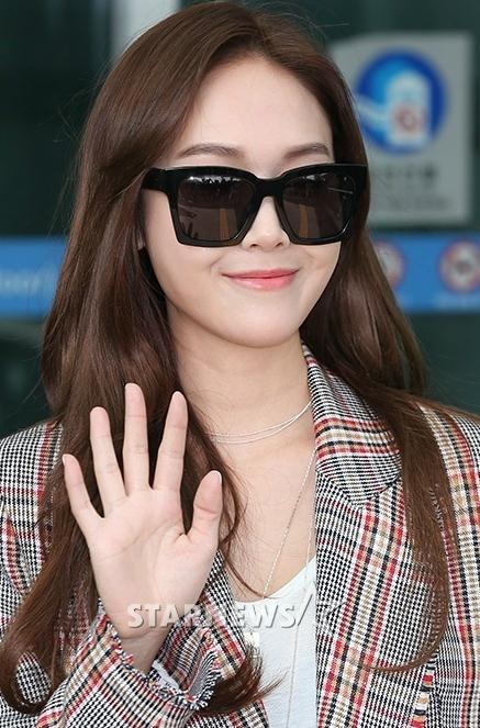 郑秀妍现身机场,总裁衣搭卡通展墨镜风好吃的表情包格子