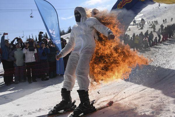 俄罗斯举行滑雪节 选手装扮奇葩博眼球