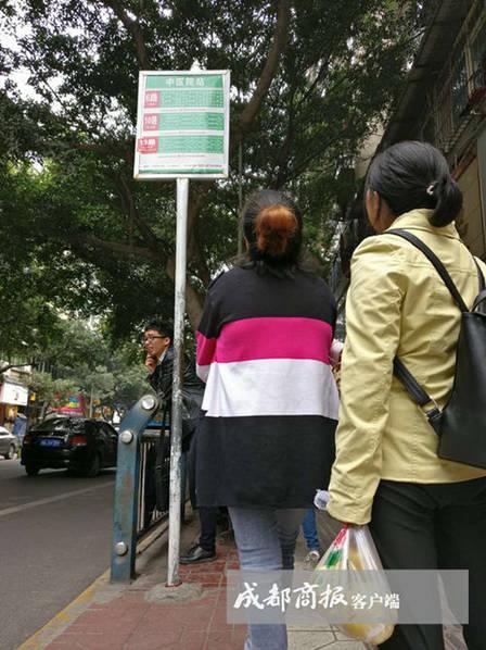 四川公交站牌高3米遭吐槽:是给姚明看的
