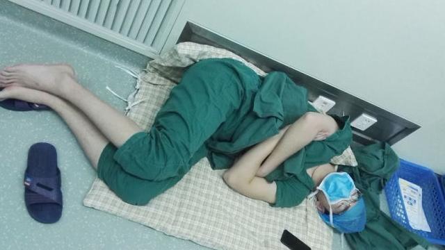 28小时连轴转之后,这位外科医生在地板上睡着了