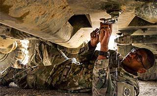 美军眼镜兵钻装甲车底堵漏洞
