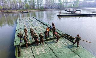 工程兵学员京杭大运河上架设浮桥