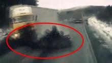 司机当场身亡!实拍俄轿车逆行 迎面对撞大货车