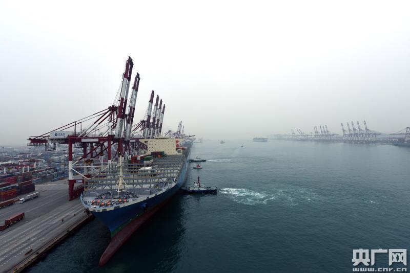 世界最大集装箱船舶停靠青岛港